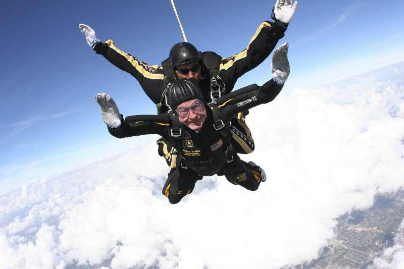 2007年,美國前總統老布希大膽玩高空跳傘(AP)