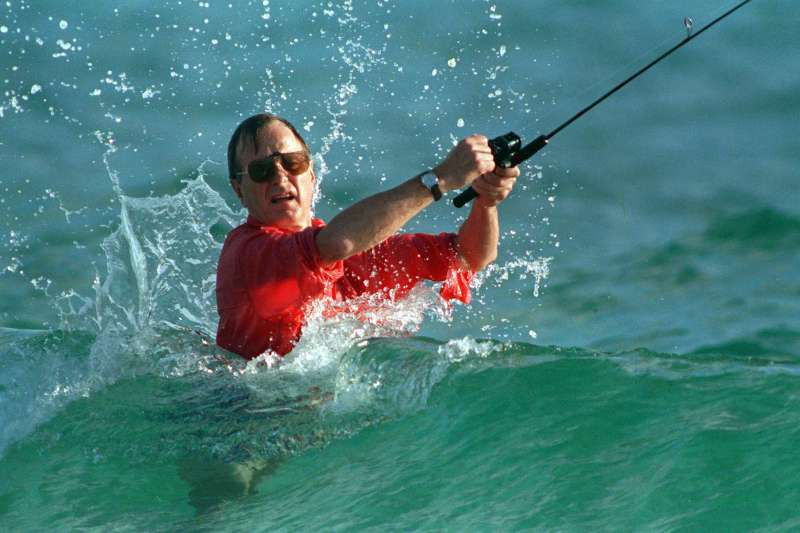 1988年,剛當選總統的老布希下海釣魚(AP)