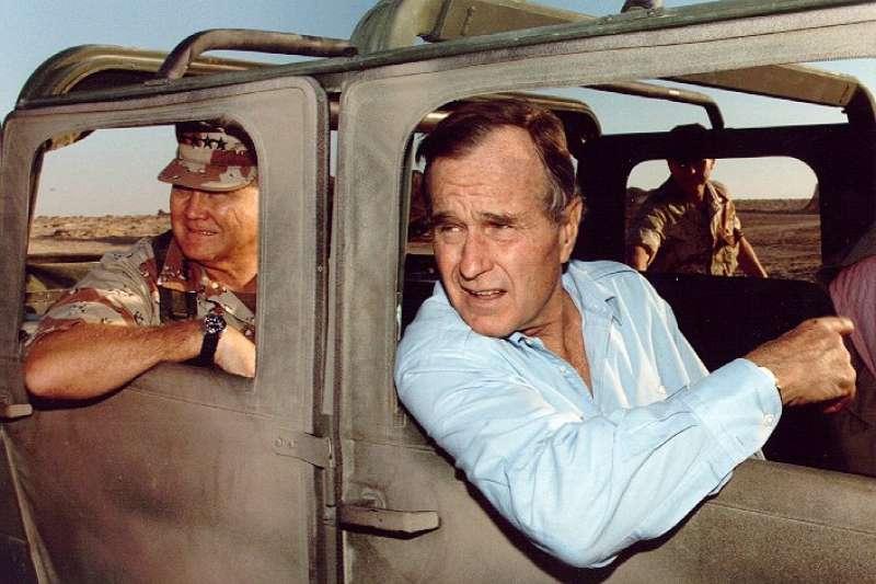 1990年感恩節,波斯灣戰爭指揮官史瓦茲科夫將軍(Norman Schwarzkopf,左)與時任美國總統老布希(右)在沙烏地阿拉伯視察美軍。(Wikipedia / Public Domain)