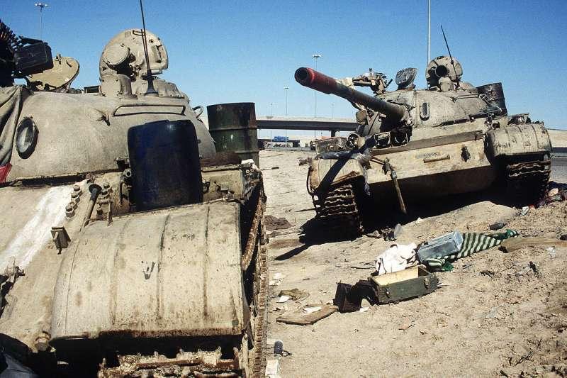 1991年波斯灣戰爭期間,2台伊拉克戰車遭伊拉克士兵拋棄。(Wikipedia / Public Domain)