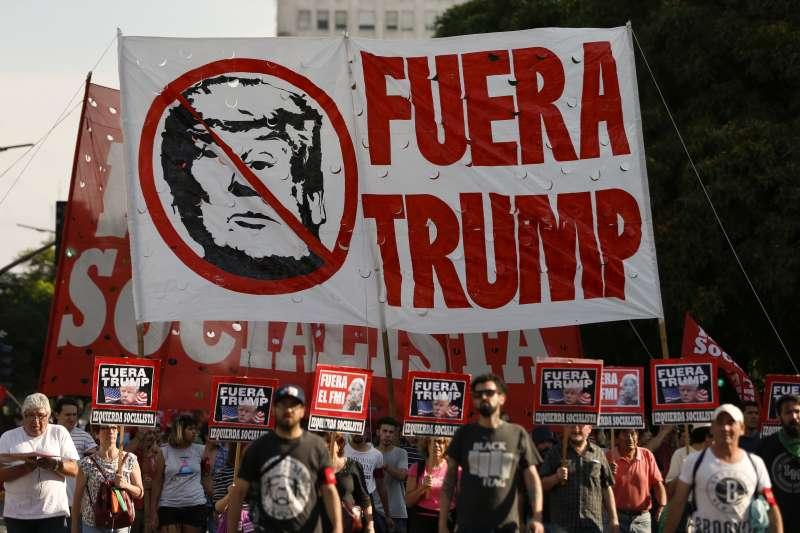 20181130-阿根廷G20峰會外,民眾高舉抗議美國總統川普。(AP)