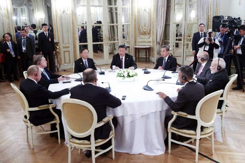 20181130-中國國家主席習近平、中國外交部長王毅、俄螺絲總統普京和印度總理莫迪在阿根廷G20峰會進行會談。(AP)