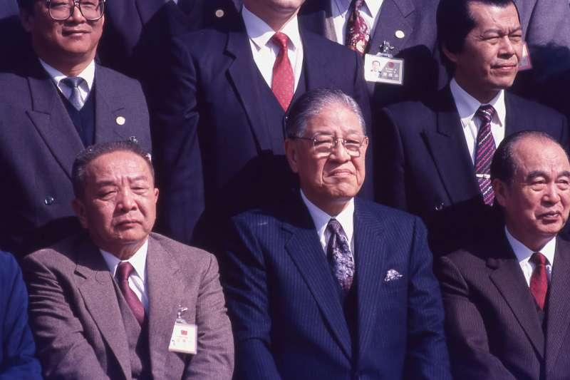 前排左起黃信介、為前總統李登輝、前副總統李元簇。(新新聞資料照)