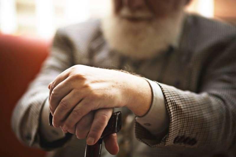 隨著身體逐步老化,將會開始出現各種疾病,但你知道肺炎與吞嚥障礙息息相關嗎?(圖 / photoAC)