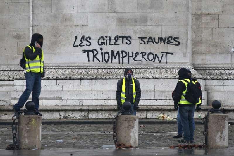 法國「黃背心」示威,凱旋門被塗鴉寫上「『黃背心』勝利」(AP)