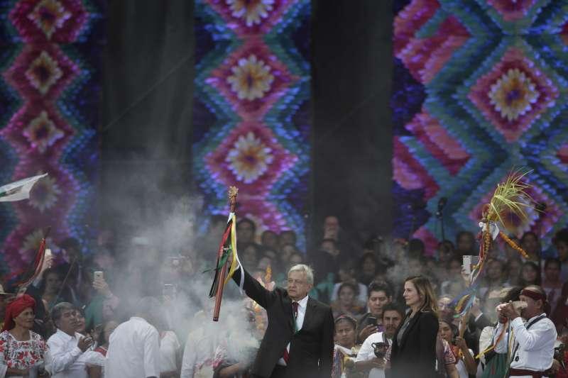 20181202-墨西哥新科總統羅培茲.歐布拉多爾1日宣誓就職,支持者在典禮上歡呼。(AP)