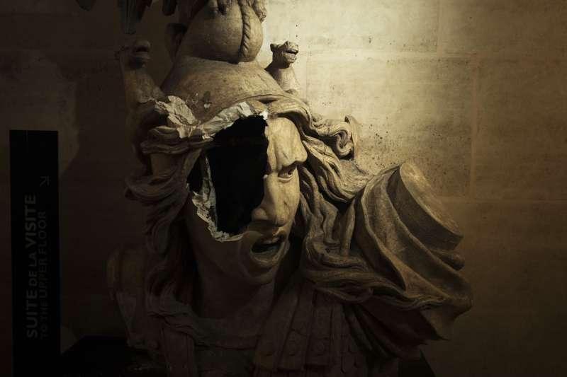 2018年11月,法國政府調高燃料稅引爆「黃背心」示威,延燒至12月初,巴黎爆發動亂,凱旋門的雕像也遭毀壞(AP)