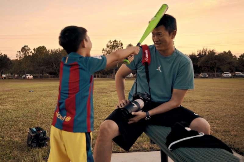 歷經3年拍攝的紀錄片《後勁:王建民》,記錄王建民在德州棒球農場練習,並重返大聯盟的奮鬥歷程,更拍下家人對他的支持與奉獻。圖為《後勁:王建民》劇照。(WYC影視提供)