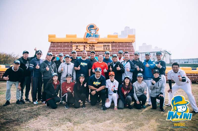 11月30日至12月1日在昆山舉行的2018中國迷你棒球邀請賽,邀請到張泰山、胡智為為小朋友進行指導。 (圖/寶悍提供)
