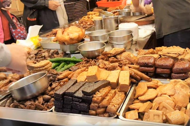 金門一家11年的滷味攤,老闆娘經常偷偷替顧客加菜、讓月底沒錢吃飯的學生跟顧客揪感心!(示意圖/取自youtube)