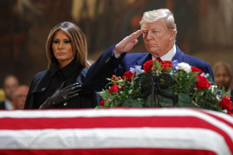 2018年12月3日,美國總統川普伉儷前往瞻仰已故總統老布希。(AP)