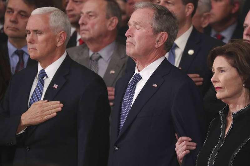 2018年12月3日,美國已故總統老布希的靈柩移至美國國會山莊。(AP)