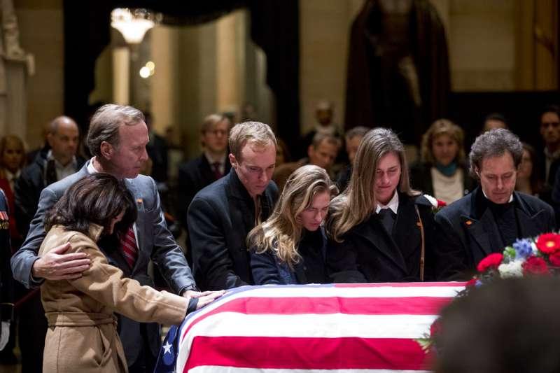 2018年12月3日,布希家族悼念已故總統老布希。(AP)