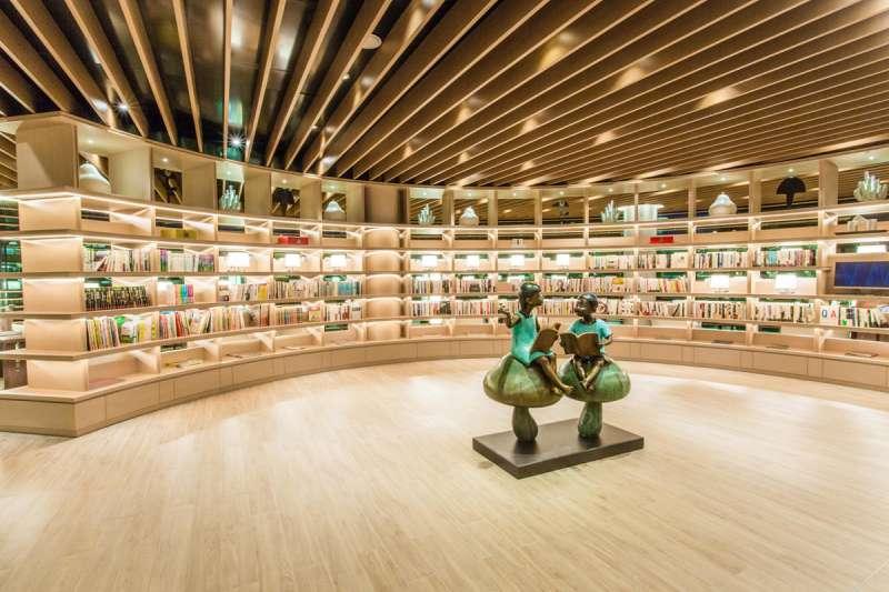 冠德建設慣有的遠見圖書館,有滿足大人、小孩不同需求的眾多藏書。(圖/林世文攝)