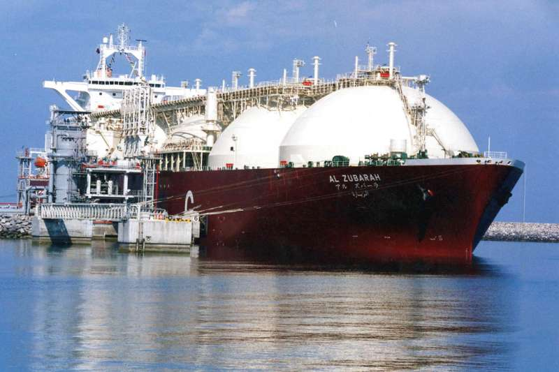 中油最近通知台電,因為天然氣接收站開發受阻,不保證對台電新增燃煤電廠供氣。圖為阿拉伯國家卡達的液化天然氣運送船。(AP)