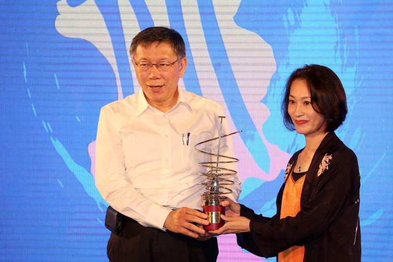 台北市長柯文哲(左)昨出席台北文化獎頒獎典禮。頒獎前柯文哲嘆,驗票還要多花律師費300萬元。(翻攝北市府官網)