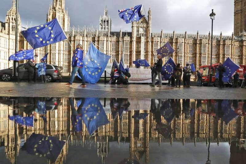 2018年12月3日,反對英國脫歐的人士,在英國國會大廈前抗議。(AP)