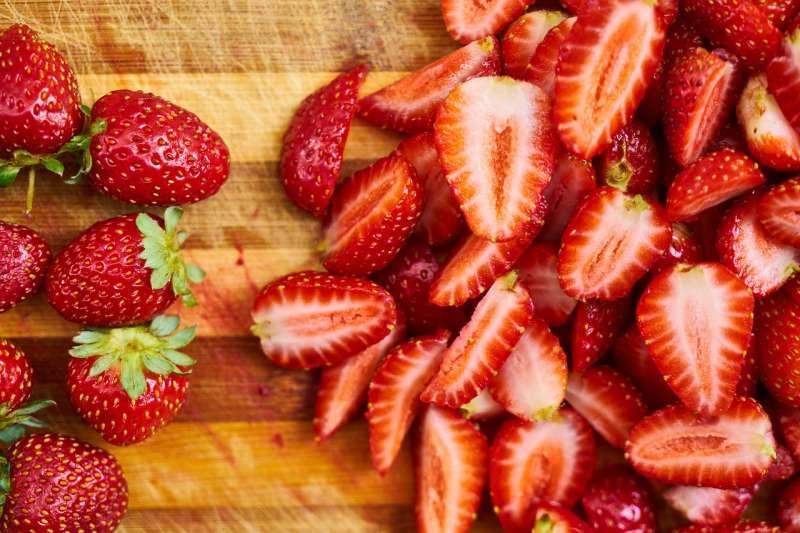 嚴凱泰被罹患發現食道癌以後,在短短兩年內病逝,震驚台灣社會。目前研究指出,每天吃冷凍草莓可以有效防止食道癌的發生。(圖/Engin_Akyurt@Pixabay)