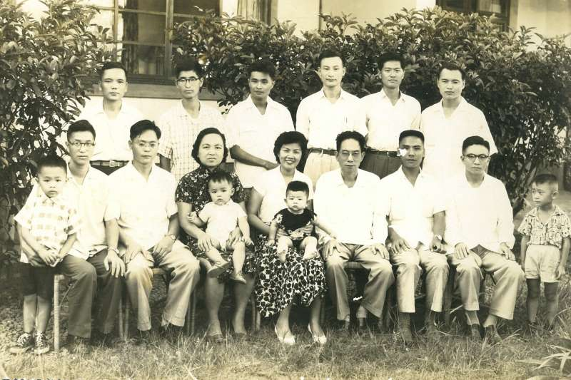 一九五八年牟宗三先生(前排右四)五十大壽時,於東海大學寓所前與弟子合影。作者位於前排右二。(水牛出版社提供)