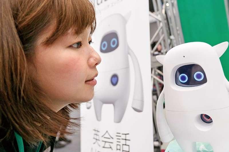 日本文部科學省(教育部)新課綱2020年即將上路,革新英語教育是重點項目之一,未來必修英文課將從三年級就開始,師資卻始終是個問題:本國籍英文老師能力有限,又缺乏經費聘請英語為母語的外籍助教協助教學。如今這個難題出現了救星:AI人工智慧機器人。(圖/未來family提供)