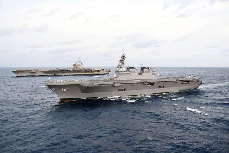美軍雷根號航空母艦與日本自衛隊直升機護衛艦日向號。(海上自衛隊臉書)