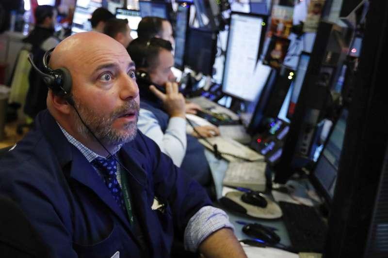 美股7日開高走低,終場3大指數重挫逾2%,標普500指數出現「死亡交叉」走勢。(美聯社)