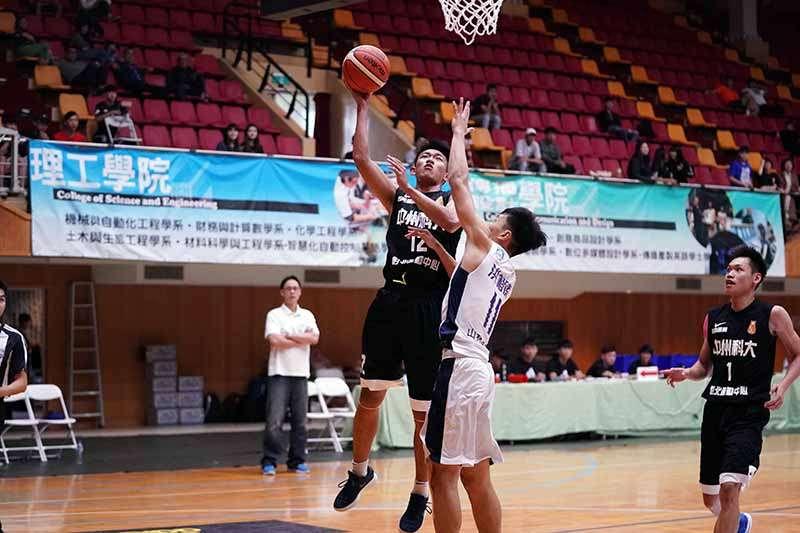 107學年度UBA大專籃球聯賽,開季2連敗的中州科大靠著教練許智超「心理戰」喊話成功擾亂政大節奏,逆轉比賽獲得本屆首勝。(大專體總提供)
