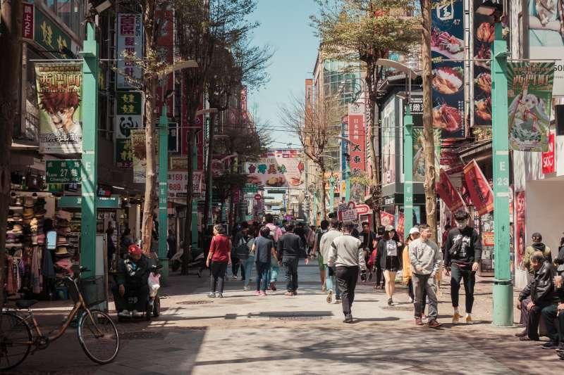 台灣觀光產業的優勢競爭力在超豐富的自然與人文多樣性,精緻旅遊不是遊山玩水,而是身心靈學習成長,真實感受幸福之存在。圖為西門町。(unsplash@kaizerbienes)