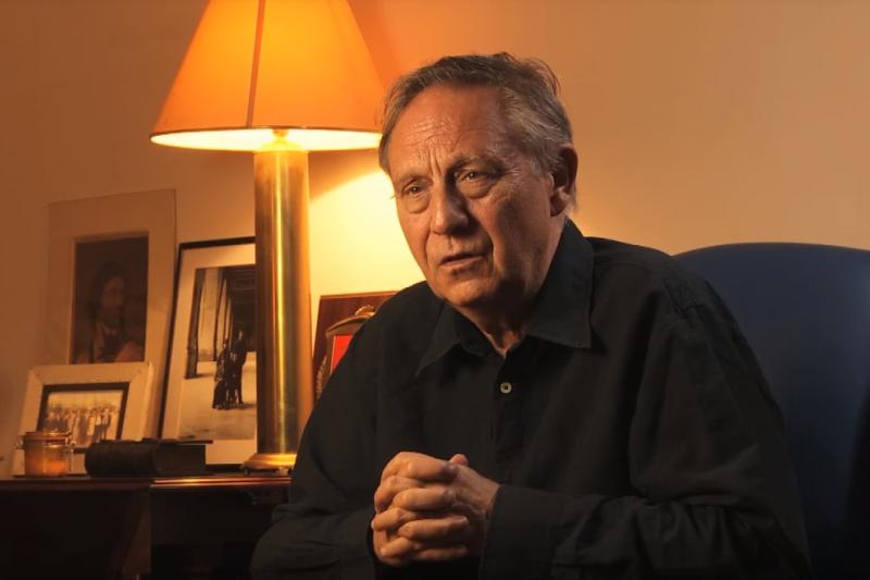 編劇皮爾斯維奇為奇士勞斯基身後的「那個律師」,兩人合作拍攝不少經典電影。(取自youtube)