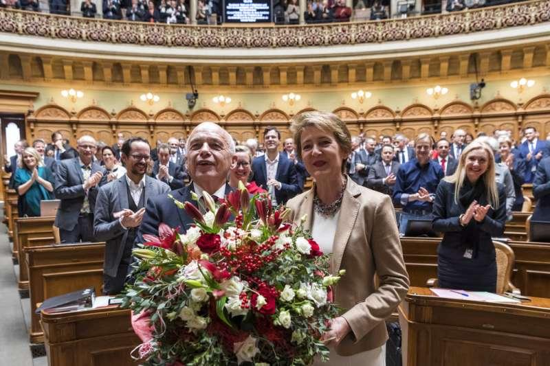 2018年11月5日,瑞士國會選出聯邦委員會新任部長與主席,左為2019年的聯邦委員會主席毛瑞爾,右為法務部長索瑪汝嘉。(AP