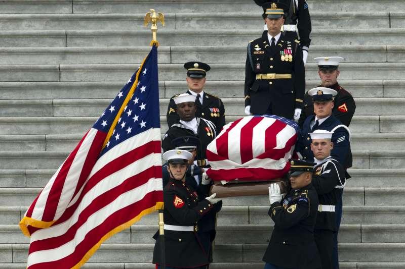 2018年12月5日,美國為前總統老布希舉行國葬,從國會山莊移靈至國家大教堂(AP)
