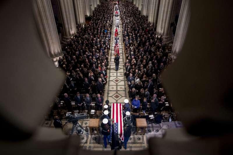 2018年12月5日,美國為前總統老布希舉行國葬,國家大教堂(AP)