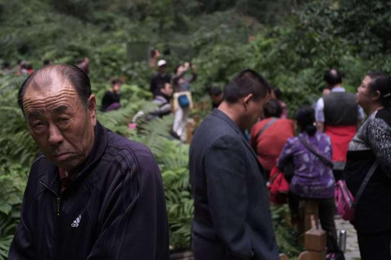 人們在廣西巴馬百魔洞天坑中「氧」療。(新華社)