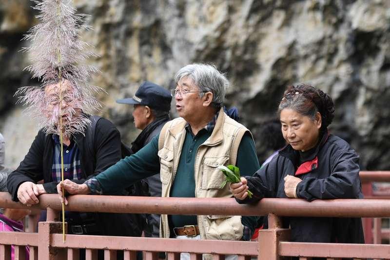 遊客在廣西巴馬瑤族自治縣百魔洞前休閒觀光。(新華社)