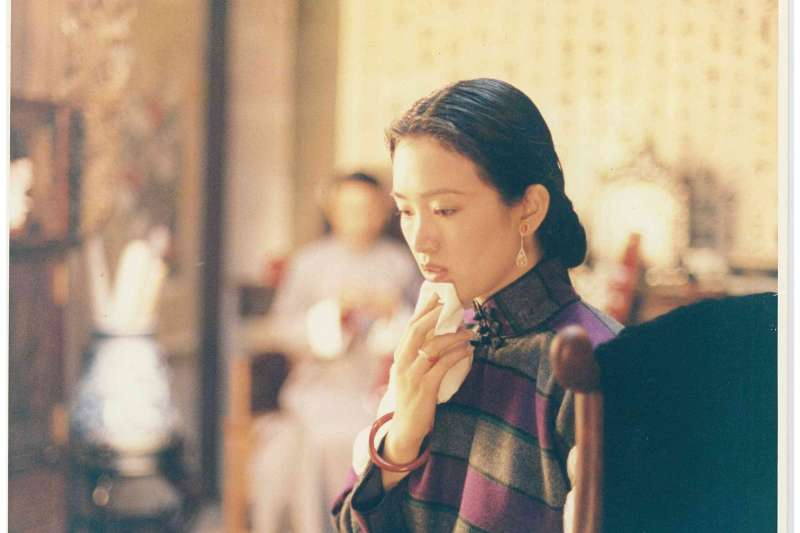 20181207-華語影史經典電影《霸王別姬》劇中一幕2米高的跳樓戲,鞏俐不最初不敢跳,導演陳凱歌便將她灌醉,最後鞏俐能順利完成拍攝。(甲上娛樂提供)