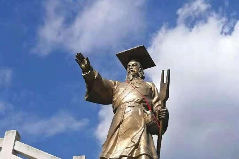 汶川縣綿虒鎮大禹祭壇大禹銅像莊嚴矗立(新華社)
