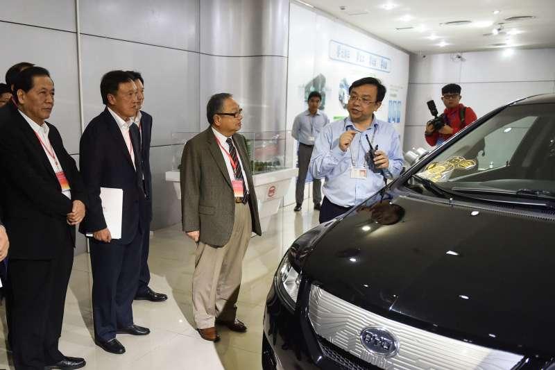 王傳福(前右一)在深圳比亞迪總部向來訪嘉賓介紹情況(新華社)