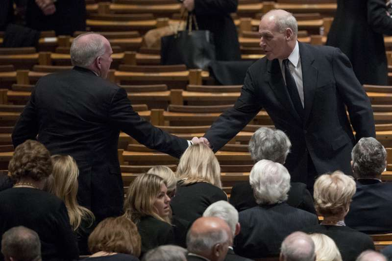 2018年12月5日,老布希總統國葬,白宮幕僚長凱利(John Kelly,右)與中央情報局前局長布瑞南(John Brennan)握手(AP)