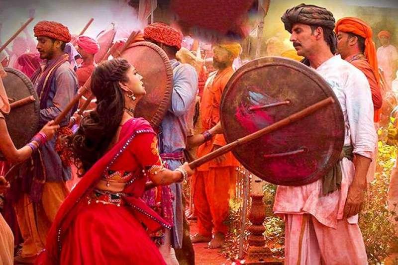 印度電影《廁所愛情故事》用喜劇的形式,帶著我們來到印度的村莊,看一對平凡的夫妻如何力抗不良的傳統,發起一場「廁所革命」。(圖/車庫娛樂提供)