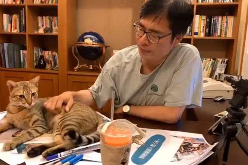 高雄市長落選人陳其邁近期跟家中愛貓「陳小米」玩直播,吸引大批網友觀看,8日舉辦的咖啡會也有6000多名民眾報名參加,網路聲量急起直追高雄市長當選人韓國瑜。(取自陳其邁臉書)