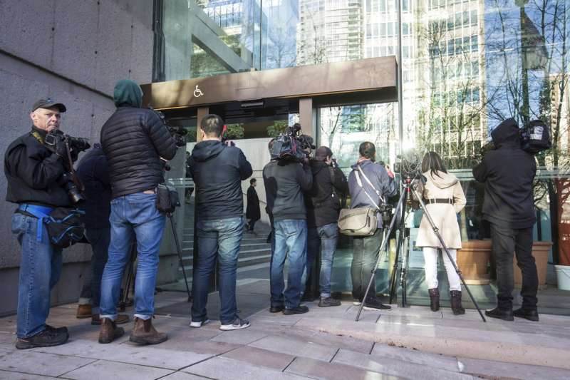 2018年12月7日,華為副董事長孟晚舟在加拿大溫哥華召開保釋聽證會,媒體記者在外守候。(AP)