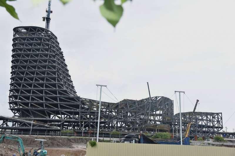 高雄港埠旅運中心正在興建中,卻被謠傳倒塌。(取自「臺灣港務股份有限公司高雄港務分公司」臉書)