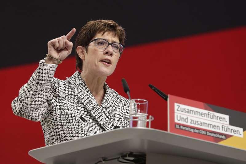 2018牪2月7日,德國執政黨基民盟改朝換代,克朗普─卡倫鮑爾(Annegret Kramp-Karrenbauer)當選為新黨魁(美聯社)