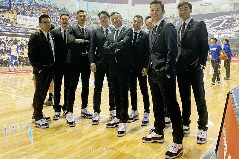 寶島夢想家領隊黑人陳建州,為了感謝夢想家教練團的辛勞,自掏腰包送給教練團每人一雙「AJ 11代」球鞋。(黑人陳建州提供)