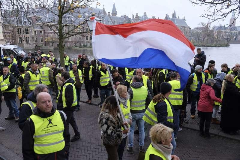 法國「黃背心」示威蔓延,荷蘭民眾也上街抗議(AP)