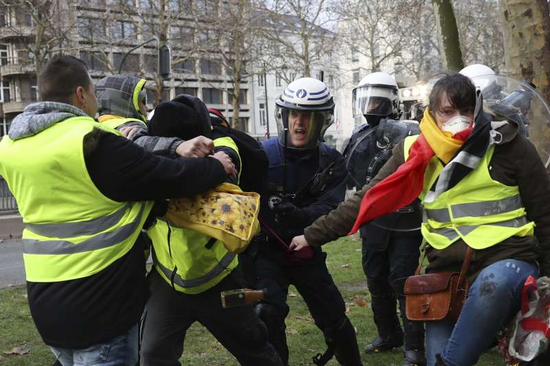 法國「黃背心」示威蔓延,比利時爆發警民衝突(AP)