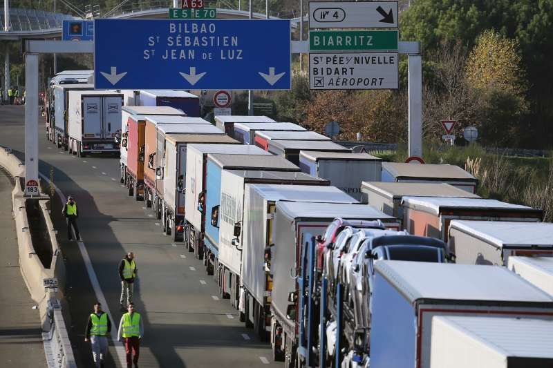 法國「黃背心」示威,抗議群眾封鎖高速公路主要幹道(AP)