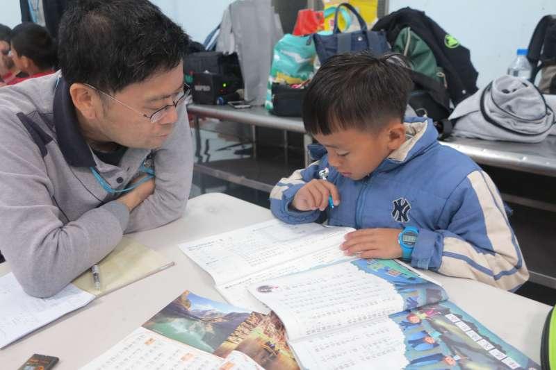 因為懷念孩子的笑聲,讓這群志工每週上山陪伴孩子。(圖/新竹家扶提供)