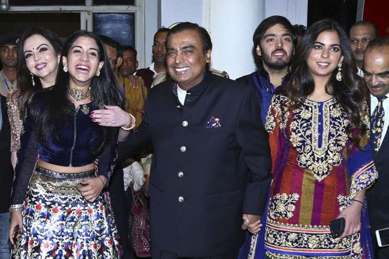 印度首富穆克什(中)唯一的女兒伊莎(右)要出嫁,未婚夫是印度億萬富豪的兒子(AP)