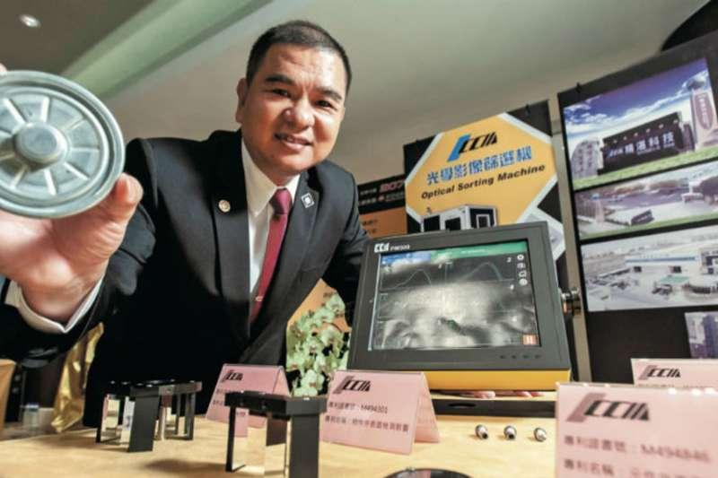 台灣在國際上享有「螺絲王國」的美名,背後有不少無名的台灣之光,主要產品是光學影像篩選機的精湛光學就是其中一家,甚至還踢掉英國霸主成為世界第一,在全球風光吃下7成市佔。圖為董事長吳俊男。(圖/吳尚哲攝)